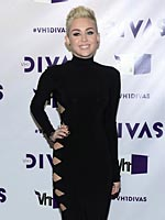 Miley Cyrus looks sexy in black dress