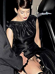 Anne Hathaway flashes off pussy upskirt