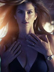 Cindy Crawford gets her hotness in swimsuit