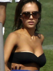 Jessica Alba hot and big tits in a bikini