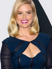 Alice Eve busts hot cleavage on the red carpet