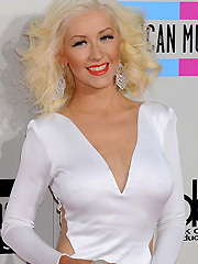 Christina Aguilera shows her new hot curves