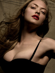 Amanda Seyfried hot cleavage photoshoot