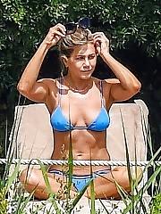 Sexy Jennifer Aniston Bikini Pokies in Italy
