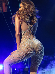 Jennifer Lopez shakes her hot booty at stage