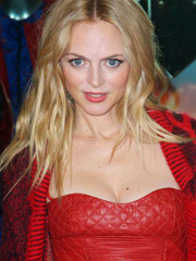 Heather Graham shows her red hot cleavage