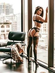 Sexy Vida Guerra Showed Her Big Butt In Hot Black Lingerie