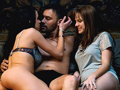 Anna Faris looks hot during threesome scene