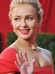 Hayden Panettiere flashes nice cleavage