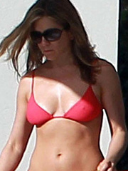 Jennifer Aniston hot cougar body in a bikini