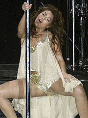 Beyonce Knowles flashing pussy on the stage