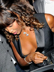 Naomi Campbell oops flashes off nipple slip