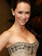 Jennifer Love Hewitt busts out cleavage